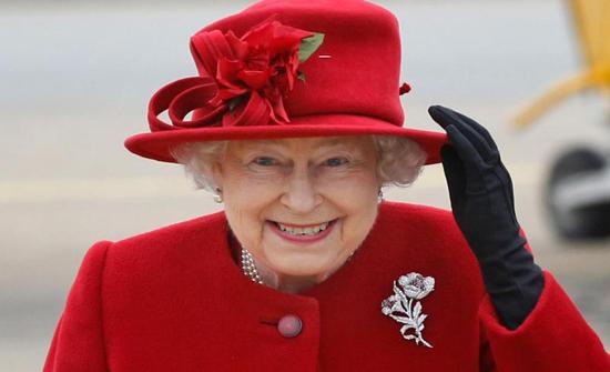 لماذا ترتدي الملكة إليزابيث ملابس ذات ألوان زاهية دائماً؟
