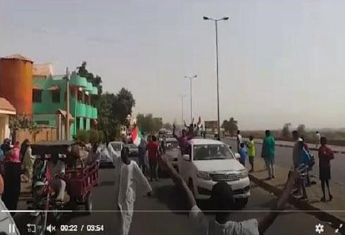 بالفيديو.. مواكب تجوب الخرطوم فرحاً وإنزال صورة للبشير