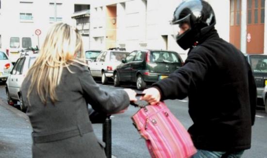 لو سرقت حقيبتك في الشارع ماذا تفعلين؟.. طريقة بسيطة تحمين بها نفسك