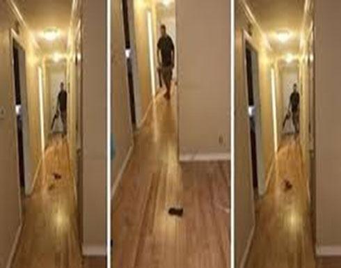 زوج ذكي يكتشف حيلة لتنظيف البيت دون مجهود (فيديو)