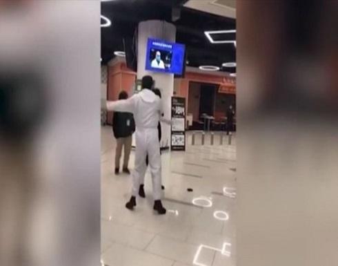 """فيديو .. أحد العاملين في مستشفى بالصين يصفع امرأة """"رفضت فحص درجة حرارتها"""""""