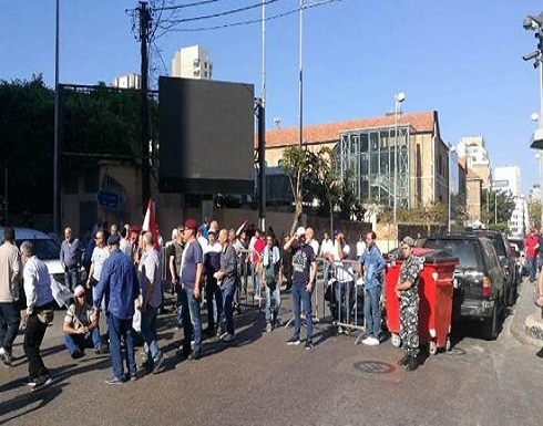 """احتجاجات تسد مصرف لبنان.. و""""العمل طبيعي"""""""