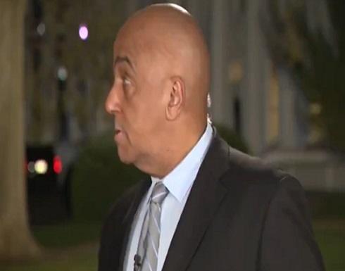 شاهد : مواجهة بين صحفي وحيوان الراكون في البيت الأبيض