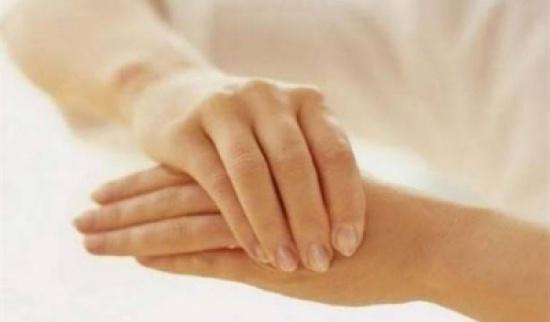 هل طقطقة الأصابع مضرة كما يُقال؟