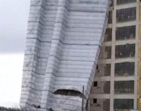 شاهد بالفيديو .. لحظة انهيار 9 أدوار من السقالات أمام فندق