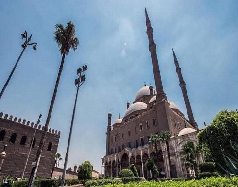 مصر تعيد صلاة الجمعة جزئيا وتفرض فحص كورونا على القادمين