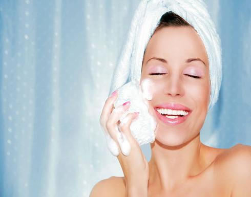 تجنبيها.. 10 أخطاء شائعة عند تنظيف البشرة