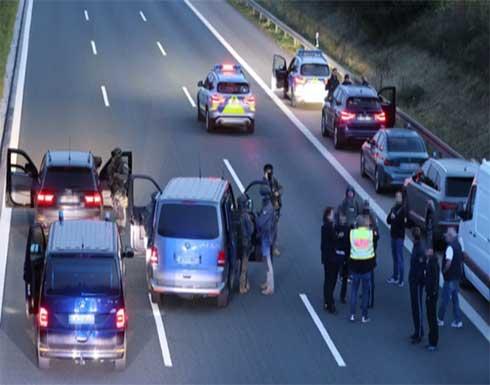 رجل مسلح بسكين يحتجز 3 رهائن في حافلة ركاب جنوب ألمانيا