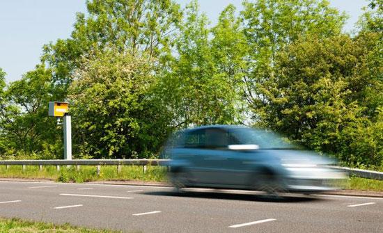 رادار يرصد سيارة تسير بسرعة 696 كيلومترا بالساعة!