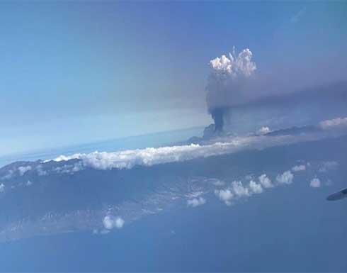 شاهد : ركاب طائرة يصورون عامود الرماد المنفوث من بركان لا بالما