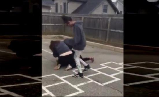 مشاجرة عنيفة بين فتاتين (فيديو)