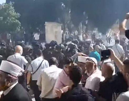 فيديو :مواجهات في المسجد الأقصى بين المصلين والشرطة الإسرائيلية