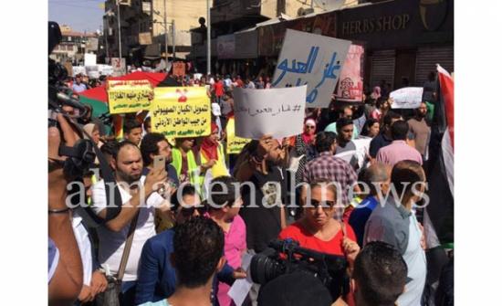 مئات الأردنيين يهتفون أمام المسجد الحسيني ضد اتفاقية الغاز مع اسرائيل (صور)