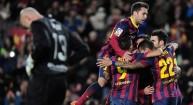 لاعبو برشلونة يتبادلون التهنئة باحد الاهداف