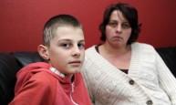 الطفل ايدان فرادلي مع والدته