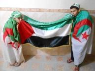 أطفال يحملون علم فلسطين والجزائر