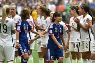 لاعبات أمريكا يحيين اللاعبات اليابانيات
